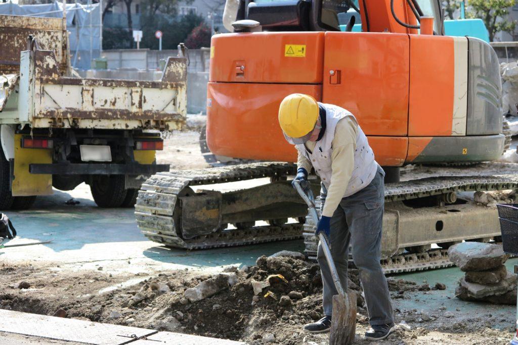 工事現場で作業をする人